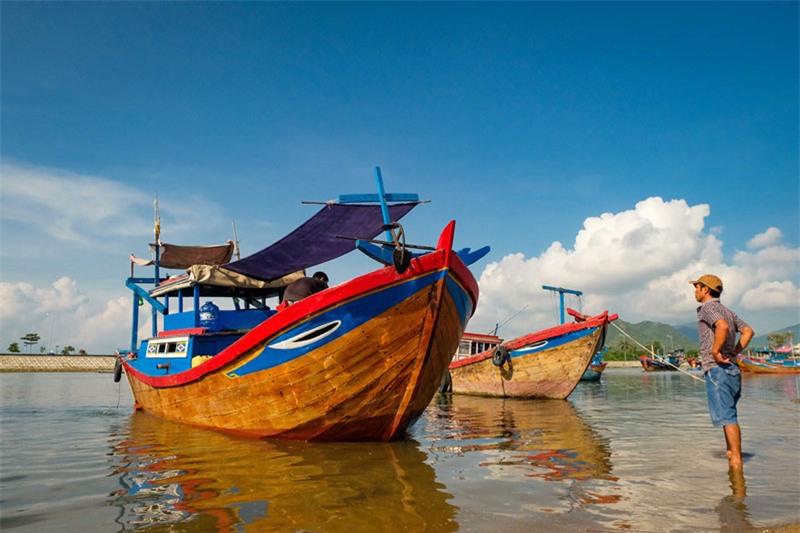 Trên đảo có 3 thôn nhỏ, rất thưa dân là thôn Vạn Thạnh, Ninh Tân và Ninh Dao nằm giáp biển ở 3 hướng Tây, Nam và hướng Bắc. Riêng hướng Đông là những vách đá dựng đứng, trong đó có vài bãi biển hoang vắng nhưng tuyệt đẹp. Ảnh: Xuân Tiến.
