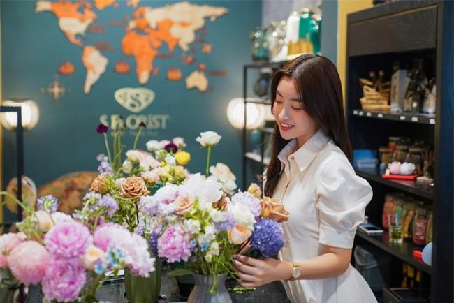 Hoa hậu Ngọc Hân, Đỗ Mỹ Linh và dàn mỹ nhân trổ tài cắm hoa - Ảnh 4.