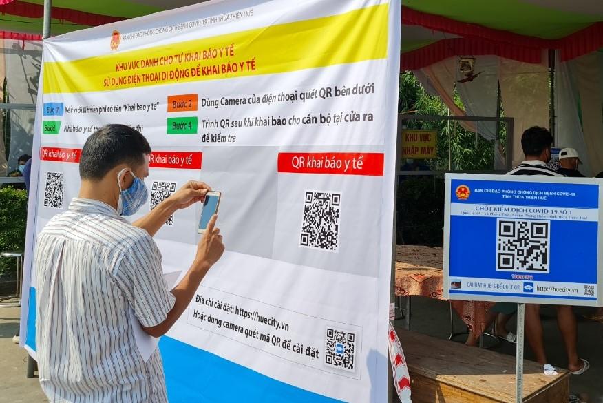 Người dân quét mã QR khai báo y tế trên hệ thống Hue-S.