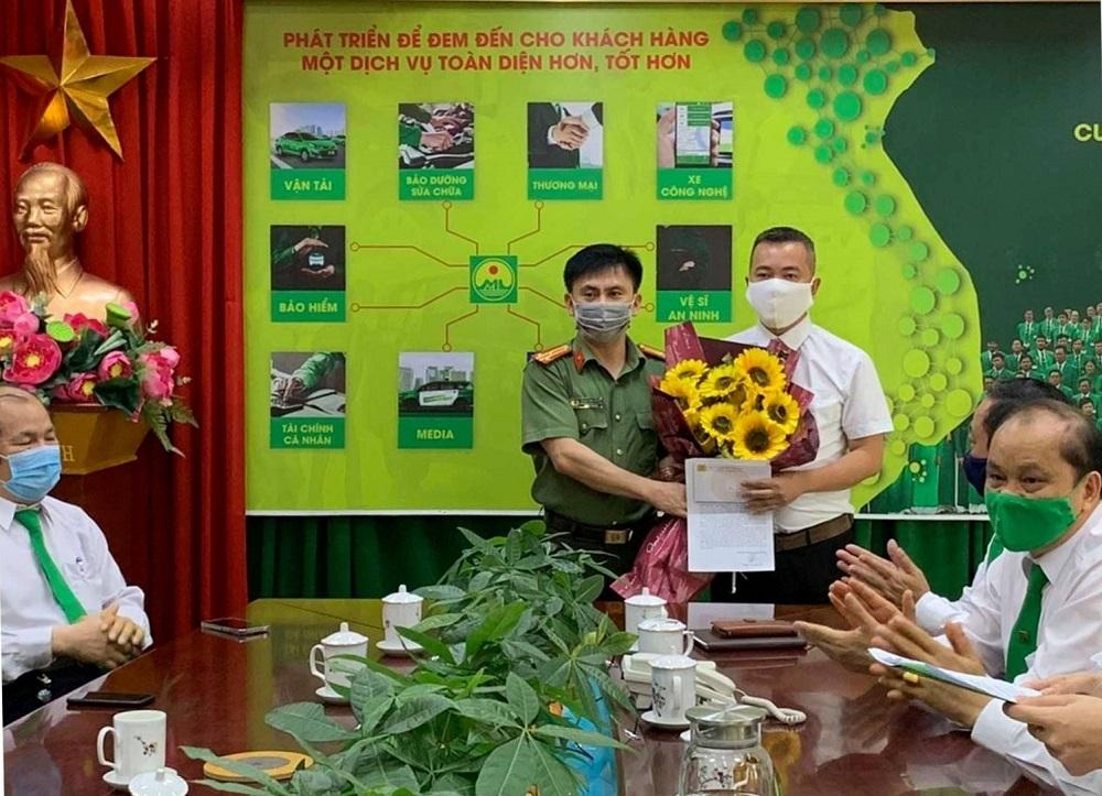 Anh P.V.T lái xe Mai Linh Thanh Hoá nhận thư khen của Công an TP. Thanh Hóa.