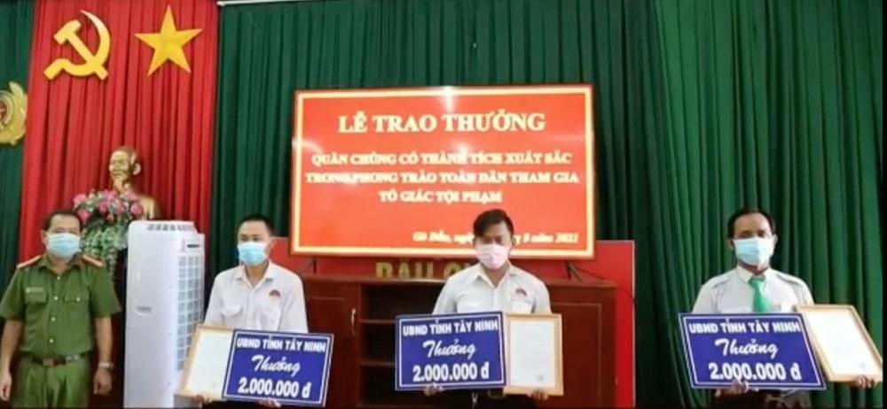 Lái xe N.T.H nhận bằng khen của UBND tỉnh Tây Ninh.