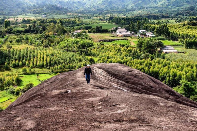 Cặp đá voi này là hai hòn đá nguyên khối có kích thước lớn, hình thù giống con voi đang nằm nên được người dân quanh vùng gọi là đá Voi Cha và đá Voi Mẹ. Ảnh: Daktip.