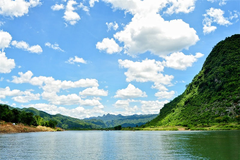 Sông Son chảy ra từ cửa động Phong Nha nằm trên đất làng Phong Nha xã Sơn Trạch huyện Bố Trạch. Nó hợp lưu với sông Gianh tại gần thị trấn Ba Đồn. Ảnh: Kenny_Huynh.