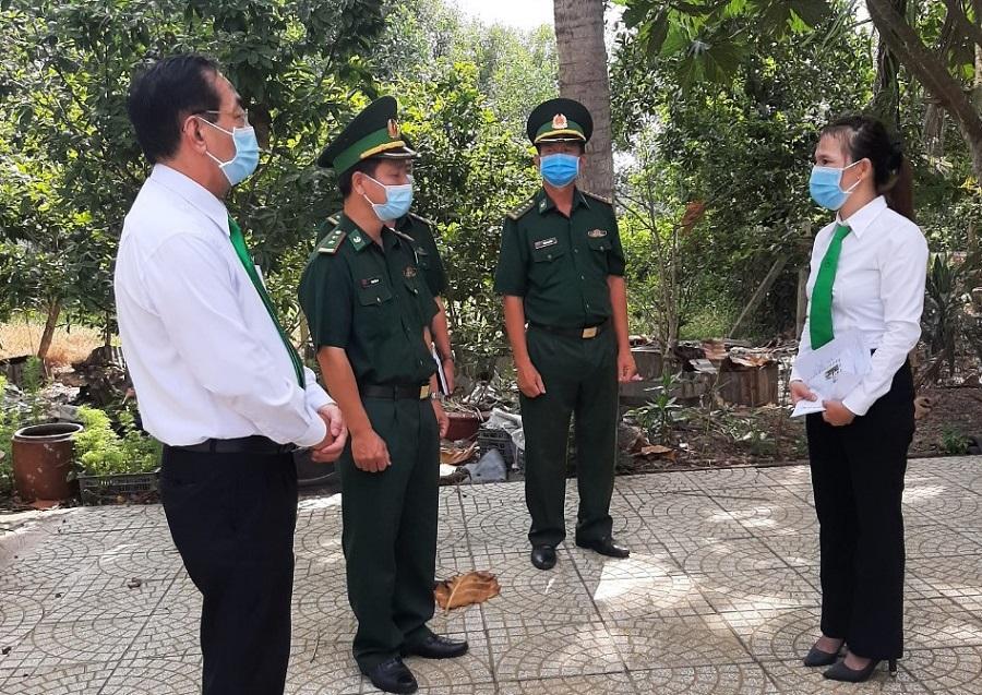 Nữ lái xe H.T.T.X nhận khen thưởng của Bộ Chỉ huy Bộ đội Biên phòng tỉnh Tây Ninh.