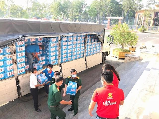 Sabeco hỗ trợ cung cấp nhu yếu phẩm cho khu cách ly Tiền Giang năm 2020.