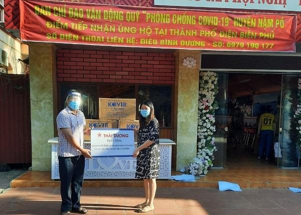 Sao Thái Dương tặng vật phẩm hỗ trợ chống dịch cho đại diện Quỹ Bảo trợ Trẻ em tỉnh Điện Bie