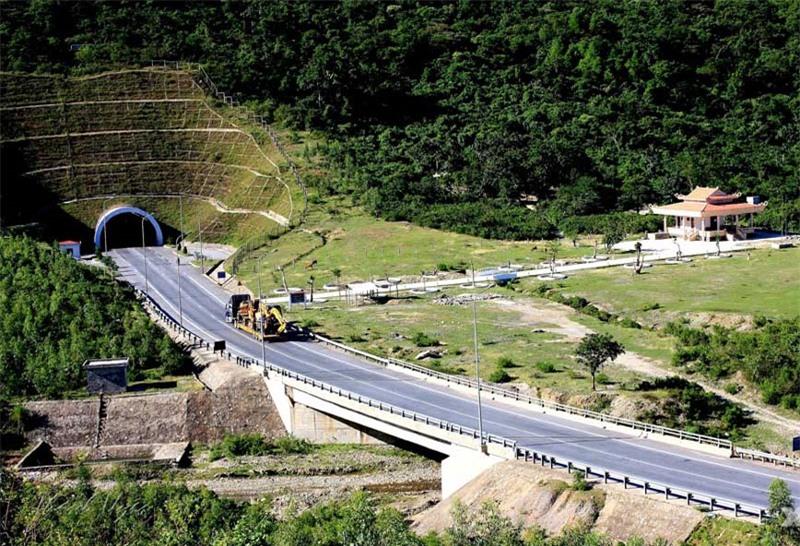 Đèo Ngang nằm trên quốc lộ 1A, trên dãy Hoành Sơn, đoạn dãy Trường Sơn chạy ngang ra biển Đông. Ảnh: Uyendt_ttx.