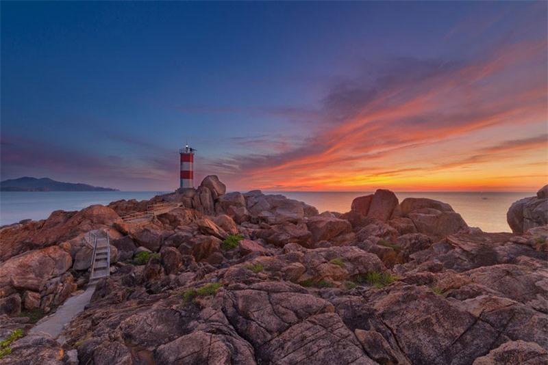 Hải đăng gành Đèn nằm cách thành phố Tuy Hòa, Phú Yên hơn 30 km về phía Bắc. Ảnh: Jackie Tran Anh.