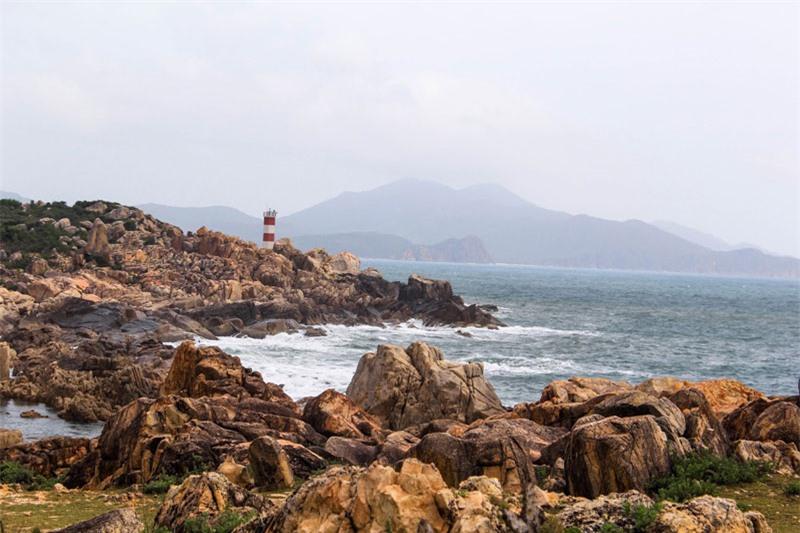Ngọn hải đăng gành Đèn tuy không nằm quá xa nhưng nó lại nằm trên một dãy núi đá rẽ ra biển, cách xa khu dân cư, ít người tới nên cảnh trí gần như nguyên sơ. Ảnh: Raineontheroad.