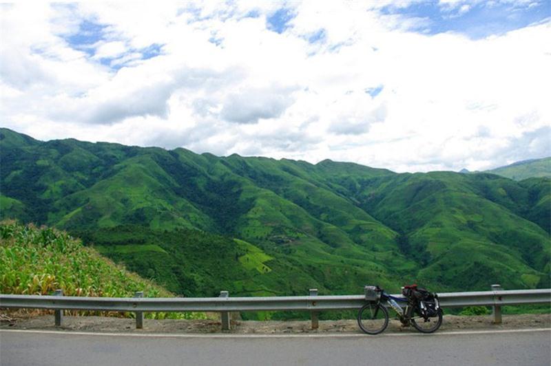 Tuyến đường tránh đèo Pha Đin được xây dựng bám theo sườn núi các đỉnh đèo phụ phía trái quốc lộ 6 cũ, có độ cao khoảng 1.000m (thấp hơn đèo Pha Đin 200 - 400m), đã khiến xe cộ ít lưu thông qua cung đường qua đèo Pha Đin và con đèo chỉ còn phù hợp với khách du lịch ưa mạo hiểm. Ảnh: Trần Việt Anh.