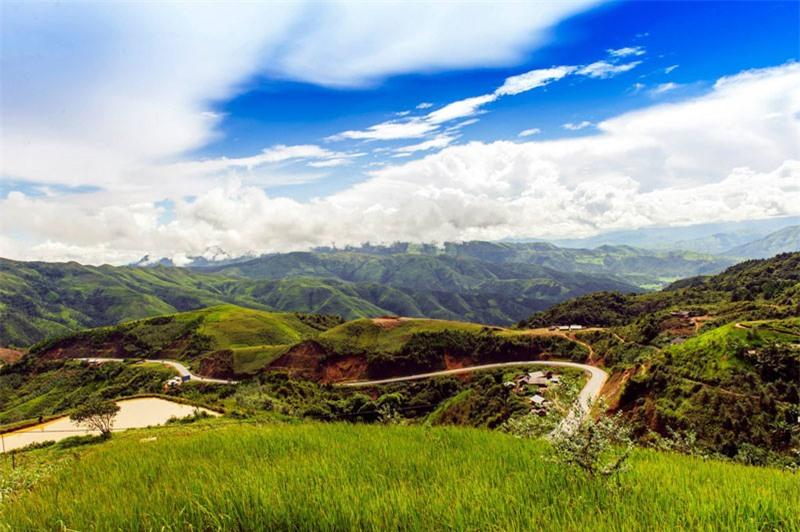 Đèo Pha Đin được xem là một trong 6 con đèo gây ấn tượng nhất Việt Nam (bao gồm Khau Phạ, Hồng Thu Mán (trên Quốc lộ 4D, thuộc Pa So Phong Thổ, Lai Châu), Ô Quy Hồ, Hải Vân và Hòn Giao (thuộc Hòn Giao, Khánh Hòa). Ảnh: Le Hong Ha.
