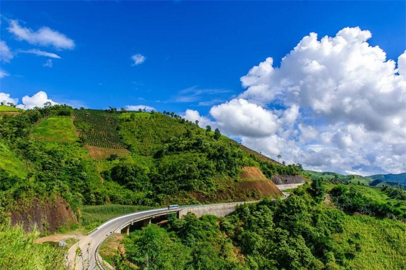 """Tên gọi đèo Pha Đin nguyên gốc xuất xứ từ tiếng Thái, Phạ Đin, trong đó Phạ nghĩa là """"trời"""", Đin là """"đất"""", hàm nghĩa nơi đây là chỗ tiếp giáp giữa trời và đất. Ảnh: Le Hong Ha."""