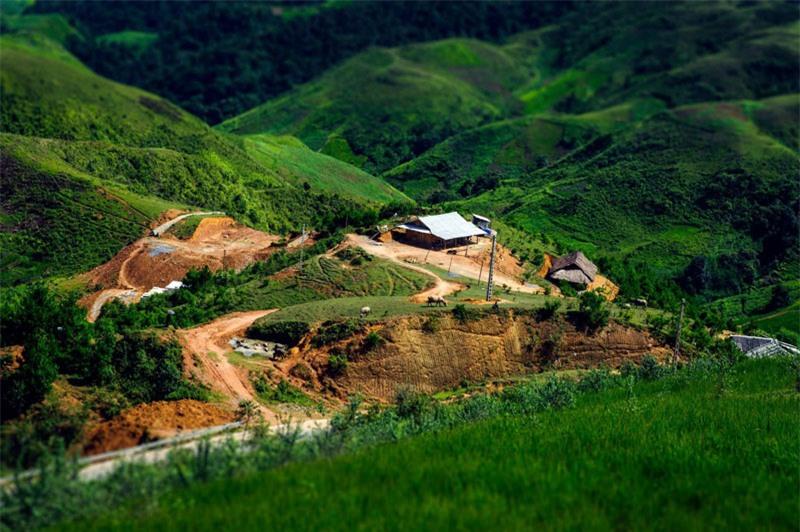Trên lưng chừng đèo Pha Đin thường mịt mờ mây phủ, dưới chân đèo là những bản làng lác đác. Ảnh: Le Hong Ha.