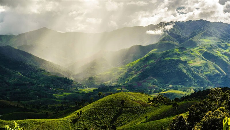 Tuy nhiên, khi lên đến gần đỉnh đèo thì hầu như không còn nhìn thấy bản làng nào mà chỉ còn nền trời xanh thẳm và núi rừng hùng vĩ như hòa quyện làm một. Ảnh: Le Hong Ha.