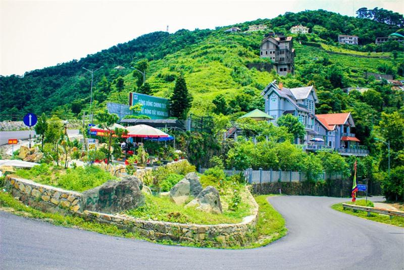 Huyện Tam Đảo là một huyện miền núi, nằm trên phần chính, phía tây bắc của dãy núi Tam Đảo, nơi bắt nguồn của sông Cà Lồ (sông này nối với sông Hồng và sông Cầu). Ảnh: Tuấn Phong.