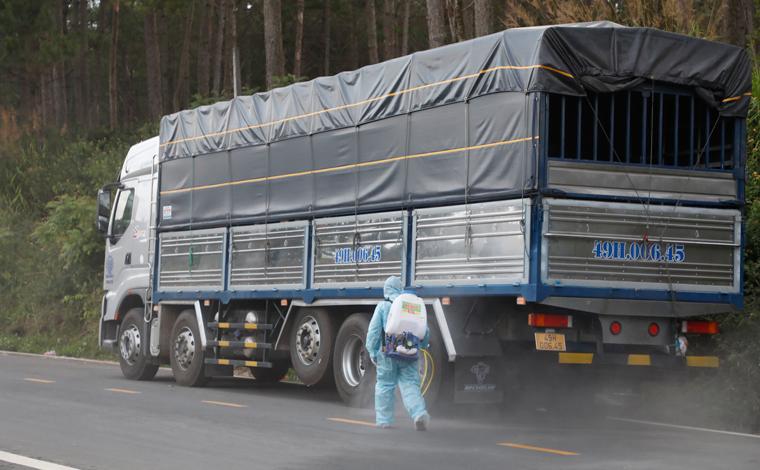 Xe vận chuyển hàng hóa từ các tỉnh có dịch đi qua tỉnh Khánh Hoà phải phun khử khuẩn. (Ảnh minh hoạ)