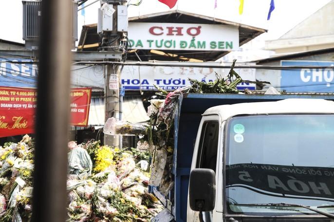 Chợ hoa Đầm Sen tạm ngưng để phòng chống dịch Covid-19 đã ảnh hưởng đến việc tiêu thụ hoa của Lâm Đồng.