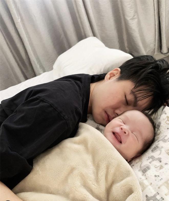 An Nguy comeback vlog, kể hết về cuộc sống bỉm sữa với người yêu đồng giới: Làm mẹ như chơi Ai Là Triệu Phú - Ảnh 3.