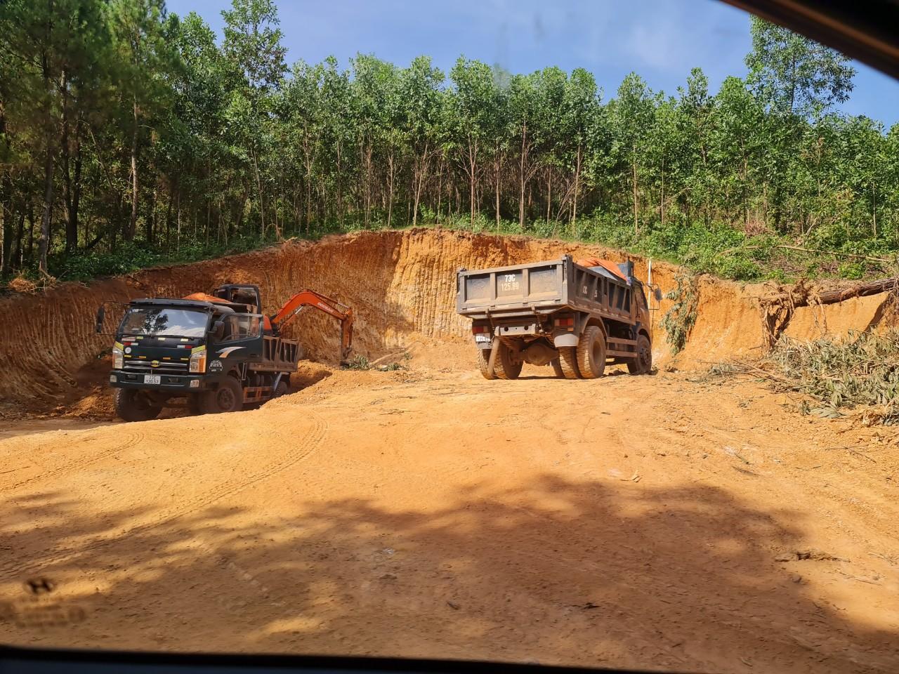 Mỏ đất ở thôn Lạc Thiện, xã Minh Hóa, huyện Minh Hóa không có giấy phép khai thác đất nhưng vẫn diễn ra công khai, liên tục