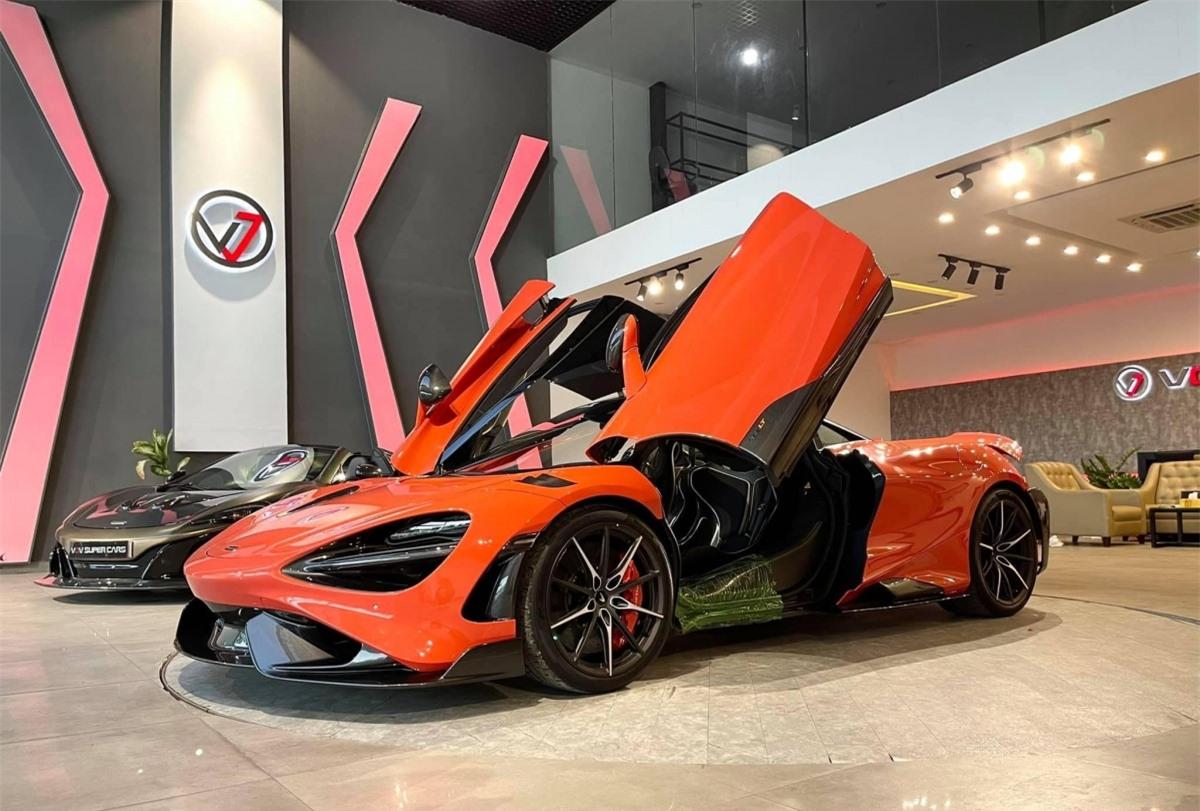 Sau chiếc đầu tiên về nước hồi đầu năm nay và chiếc thứ 2 về cách đây không lâu, chiếc McLaren 765LT thứ ba đã xuất hiện tại Việt Nam với nhiều trang bị đắt giá.