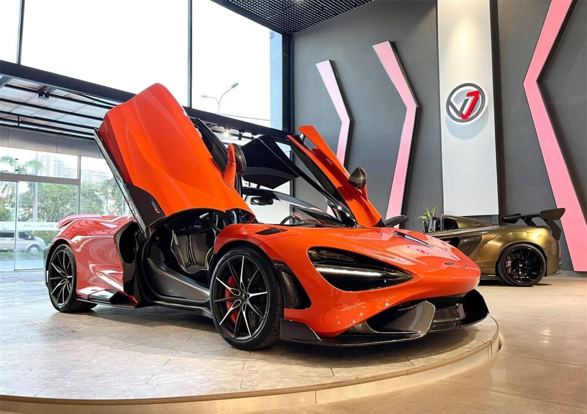 Đầu tiên, ngoại thất của xe sở hữu nhiều chi tiết được làm bằng sợi carbon ở líp trước, líp hông và khuếch tán sau. Ốp gương, ốp vòm bánh xe cũng được làm bằng vật liệu tương tự.