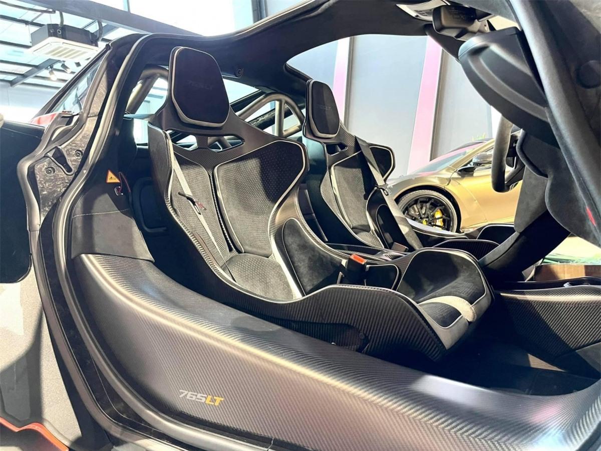 Xe được trang bị ghế ngồi tư thế cố định, có khả năng chỉnh vị trí bằng tay, được làm bằng sợi carbon. Các tấm đệm mút được bọc Alcantara màu đen và các chi tiết màu trắng.