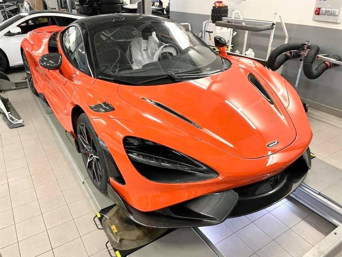 Xe được trang bị thêm bộ khung chống lật tích hợp bên trong khoang lái, được làm bằng vật liệu titan. Ngoại thất sơn màu Nardo Orange thuộc bảng màu Elite của McLaren.