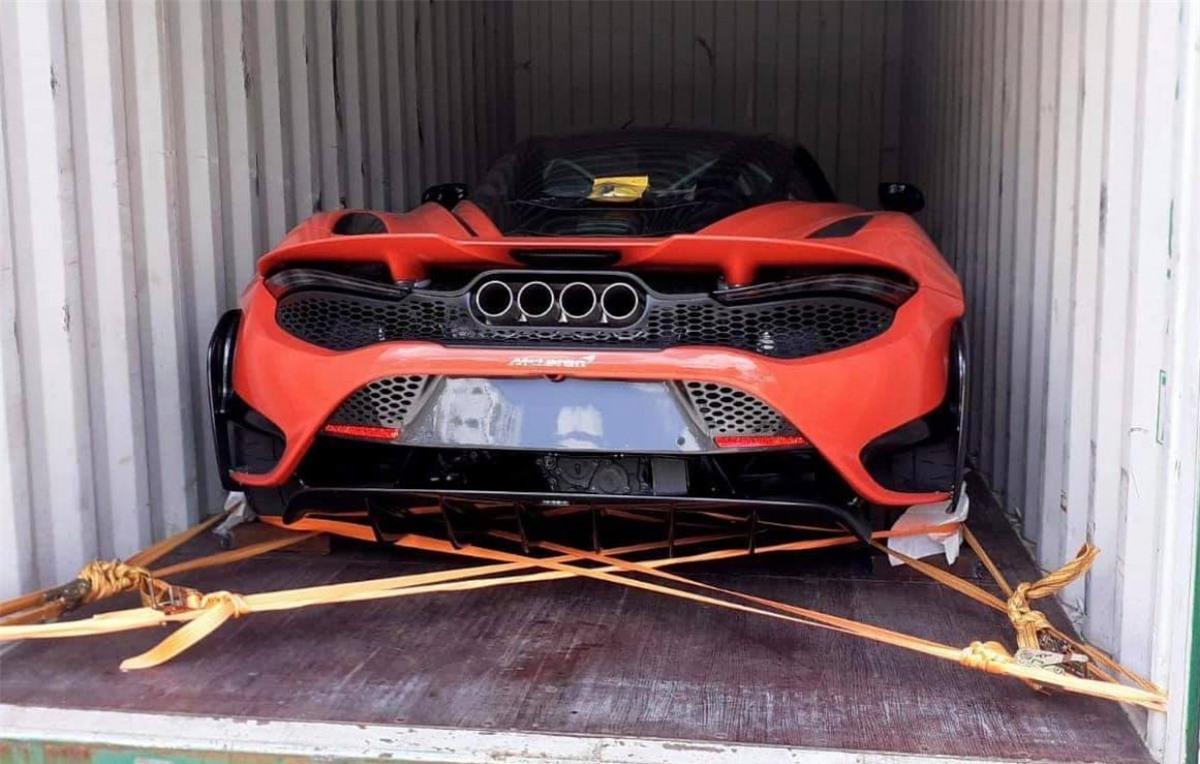 McLaren 765LT là phiên bản hiệu năng cao của 720S khi sở hữu thiết kế khí động học hơn, mạnh hơn và nhẹ hơn so với mẫu xe được ra mắt trước đó. Khối động cơ V8 tăng áp kép của xe sẽ tạo ra công suất 754 mã lực và 800 Nm. Sử dụng hộp số ly hợp kép 7 cấp, sức mạnh đến từ động cơ sẽ được truyền đến bánh sau, nhờ đó mẫu xe này có thể tăng tốc lên 100 km/h trong chỉ 2,7 giây.