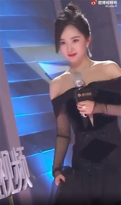 Sốc visual với cảnh Dương Mịch lên sân khấu, netizen kêu gào vì da căng bóng, còn bờ vai thì quá đẹp - Ảnh 3.