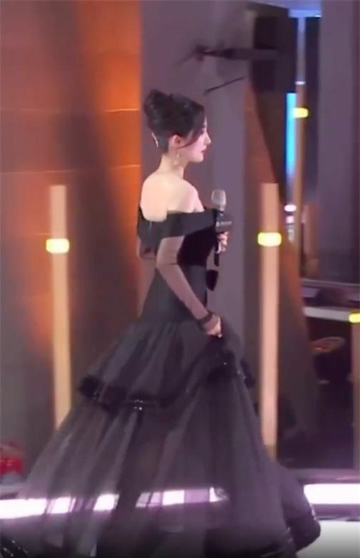 Sốc visual với cảnh Dương Mịch lên sân khấu, netizen kêu gào vì da căng bóng, còn bờ vai thì quá đẹp - Ảnh 4.