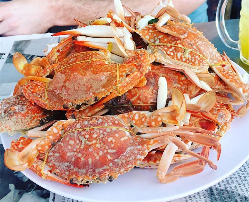 Đến làng chài Hàm Ninh không thể bỏ qua những món hải sản tươi sống, hầu như lúc nào cũng có ghé tươi cho để các bạn thưởng thức, ghẹ, tôm tại đây rất rẻ và rất là ngon. Ghẹ được xem là một hải sản đặc sản tại làng chài Hàm Ninh. Ảnh: Roxmaf.