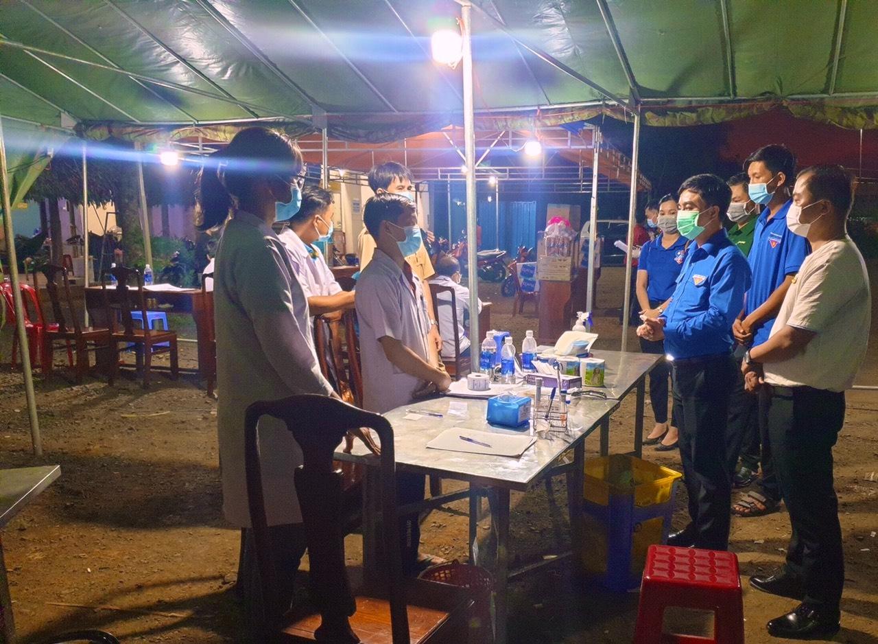 Đến thăm chốt trên tuyến Quốc lộ 14 (huyện Bù Đăng), đoạn giáp ranh với tỉnh Đăk Nông, Bí thư Tỉnh Đoàn Bình Phước Trần Quốc Duy (thứ hai, phải sang) trò chuyện, động viên thanh niên tình nguyện thuộc ngành y tế tại đây