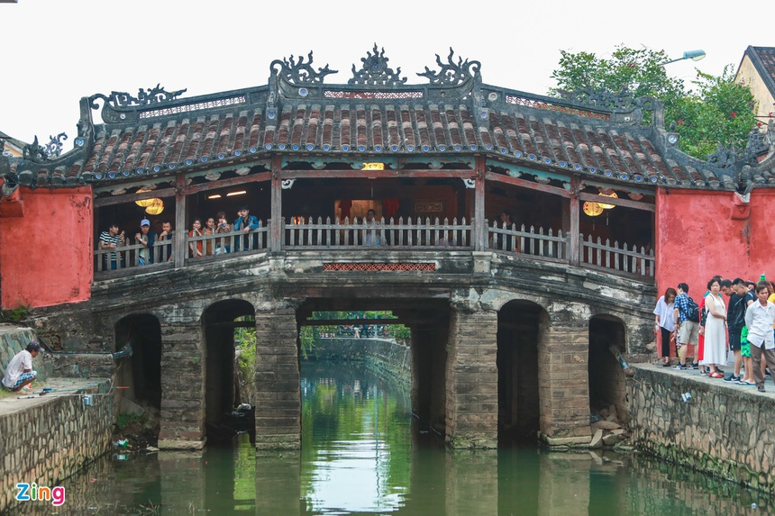Chùa Cầu bắc ngang qua sông Thu Bồn. Đây là dòng sông mang tính biểu tượng của người dân xứ Quảng, từng nhiều lần trở thành cảm hứng thi ca. Ngày nay, với tầm quan trọng về đa dạng sinh học và văn hóa, vùng hạ lưu sông Thu Bồn là khu dự trữ sinh quyển lớn của nước ta.