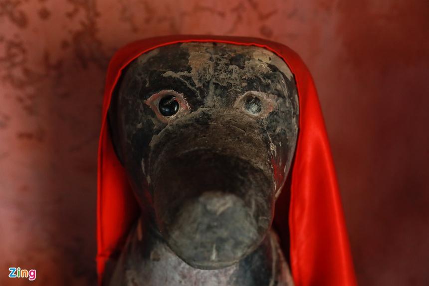Hai đầu cầu có tượng thú bằng gỗ đứng chầu, một đầu là tượng chó, một đầu là tượng khỉ. Tương truyền đó là những con vật mà người Nhật sùng bái, thờ tự từ xa xưa..