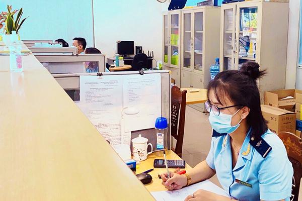 Công chức Hải quan Chi cục HQCK Cảng Đà Nẵng giải quyết thủ tục hải quan