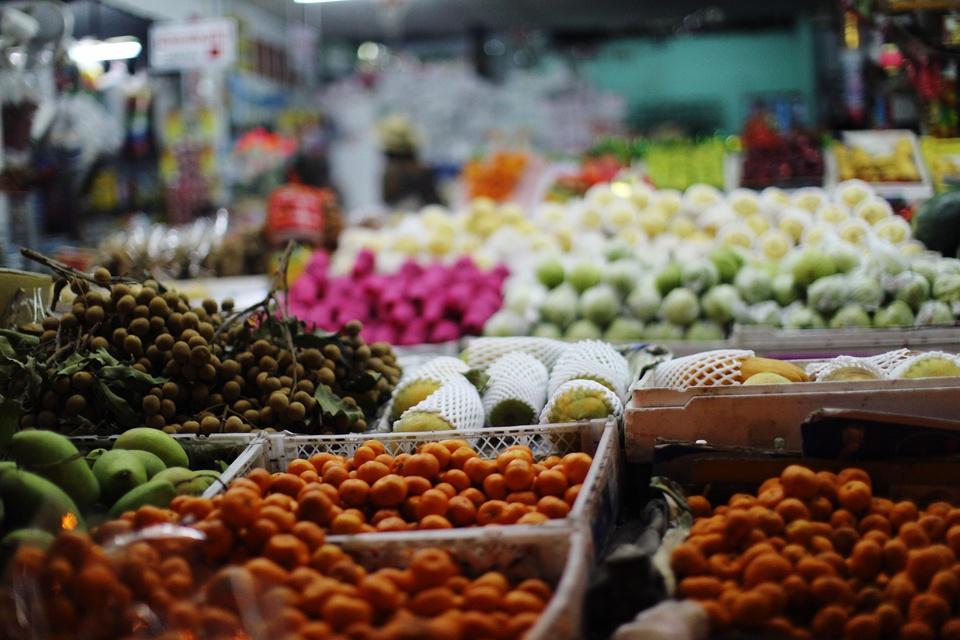 Chợ đầu mối Thủ Đức nổi tiếng là khu chợ bán sỉ nhiều loại rau củ, trái cây lớn bậc nhất TP.HCM. Khu chợ thuộc địa bàn phường Tam Bình, quận Thủ Đức, là vị trí thuận lợi ngay cửa ngõ phía đông thành phố đi các tỉnh miền Đông, miền Trung và Tây Nguyên. Ảnh: Alexey demidov.