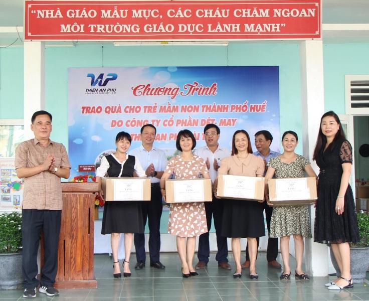 Công ty cổ phần Dệt May Thiên An Phú đã trao tặng 2.863 bộ đồng phục (trị giá 300 triệu đồng) cho các trường mầm non còn khó khăn ở vùng ven TP. Huế.