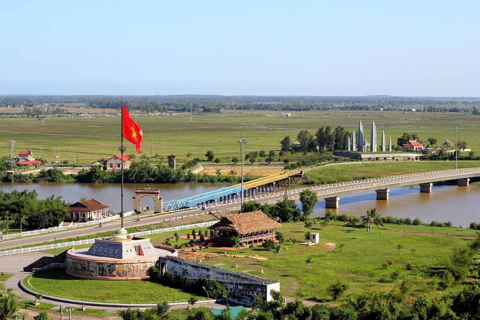 Cột cờ Hiền Lương thuộc di tích lịch sử Đôi bờ Hiền Lương - Bến Hải tại tỉnh Quảng Trị. Ngoài cột cờ, nơi đây còn có cầu Hiền Lương, nhà Liên hợp, các bến đò, cụm tượng đài