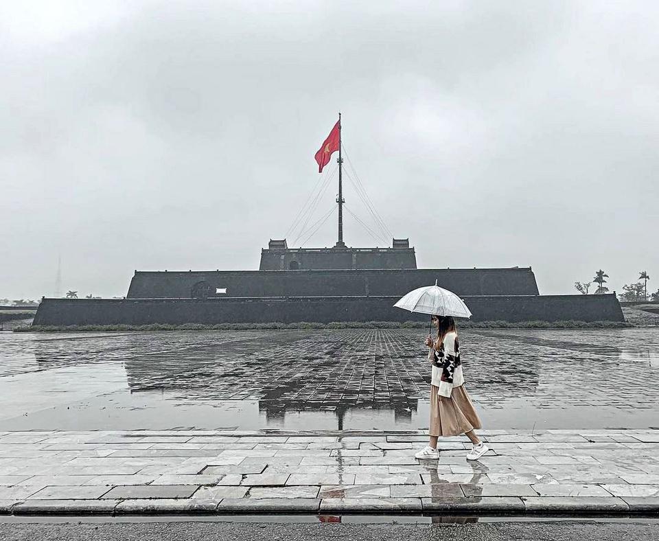 Kỳ đài nằm chính giữa mặt nam Kinh thành Huế, được xây đầu thời vua Gia Long. Theo tư liệu của Trung tâm Bảo tồn di tích Cố đô Huế, công trình gồm 2 phần: đài cờ đồ sộ 3 tầng hình chóp cụt chồng lên nhau, cao hơn 17 m; cùng cột cờ cao gần 40 m. Ảnh: Gia Linh.