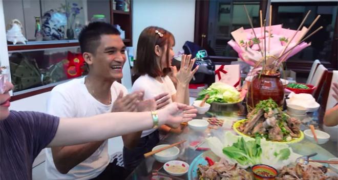 Mạc Văn Khoa tự tay nấu ăn cho vợ nhân 6 năm ngày yêu nhưng gây chú ý là lời chúc của mẹ vợ - Ảnh 5.