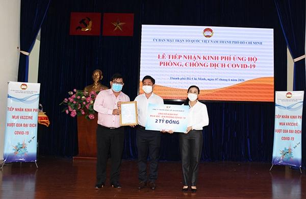 Phó Tổng giám đốc SCTV Lương Quốc Huy trao 2 tỷ đồng ủng hộ kinh phí phòng, chống dịch Covid-19.
