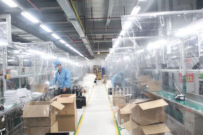 Công ty TNHH Fuhong Precision Component Bắc Giang lắp tấm lưới và rèm nhựa ngăn cách khu vực sản xuất giữa các công nhân để phòng dịch.