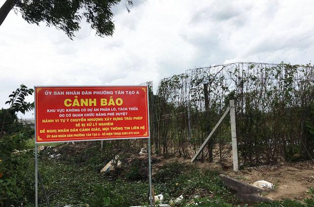 """Cơ quan chức năng quận Bình Tân (TP.HCM) cắm biển cảnh báo tình trạng phân lô, bán nền trái quy định đến người dân. Đây là đất quy hoạch cây xanh, cây xanh cách ly hành lang an toàn nhưng """"cò đất"""" lại phân lô, bán nền."""