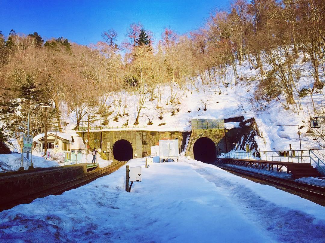 """Theo Atlas Obscura, ga Koboro ở Toyoura, Hokkaido là điểm nổi tiếng nhất trong danh sách các """"hikyō-eki"""". Nó nằm gọn trong khoảng đất dài cỡ 100 m nằm giữa hai đường hầm. Ảnh: 1geso1."""