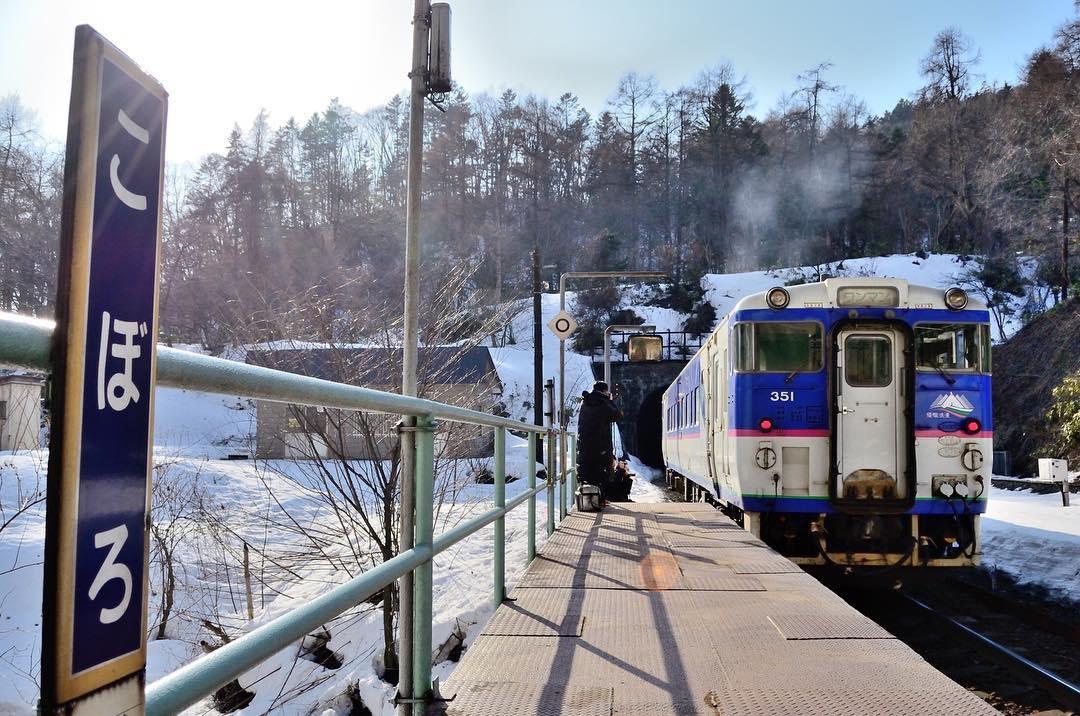 Năm 2015, ga Koboro từng suýt bị đóng cửa. Tuy nhiên, phía thị trấn Toyoura đã tài trợ việc bảo trì nhà ga để biến nó thành điểm du lịch hút khách. Ảnh: Dajamann.