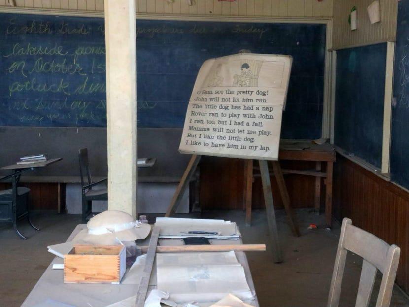 Cảnh tang hoang bên trong một lớp học cũ.