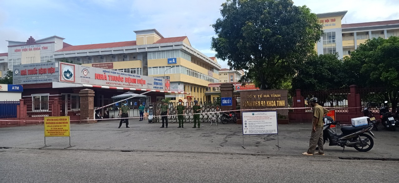 """Sáng 8/6, Cơ quan chức năng tỉnh Hà Tĩnh đã phong tỏa tạm thời Bệnh viện đa khoa tỉnh Hà Tĩnh """"Nội bất xuất, ngoại bất nhập"""" vì có liên quan đến ca nghi nhiễm SARS-CoV-2"""