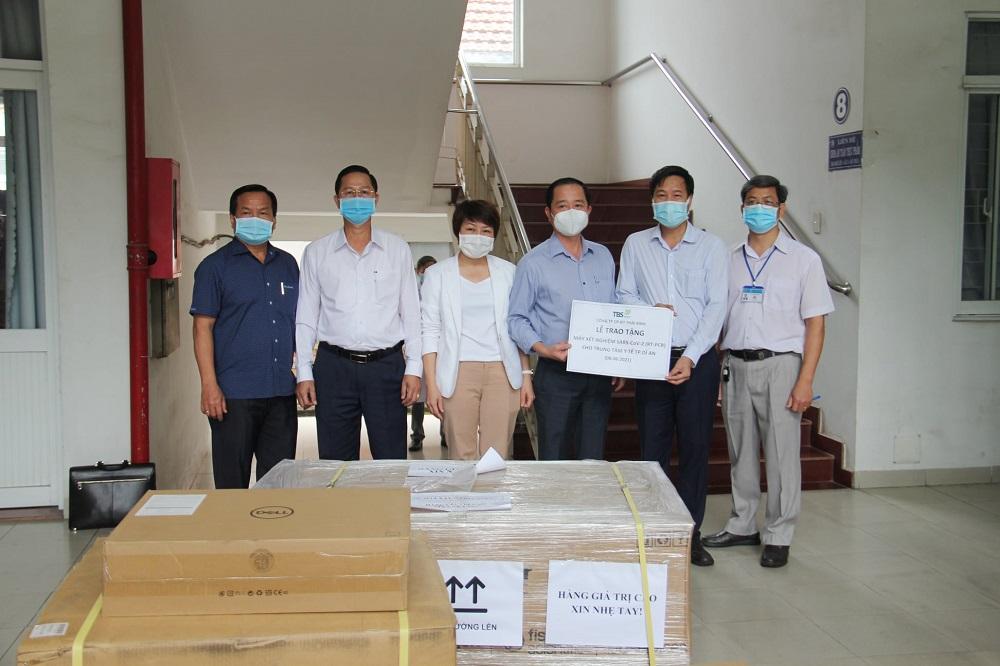 đại diện Ban Giám đốc Công ty Cổ phần đầu tư Thái Bình (TBS Group), đã trao tặng hệ thống máy xét nghiệm Realtime-PCR, trị giá hơn 4,2 tỉ đồng, để phục vụ công tác phòng chống dịch Covid-19 tỉnh Bình Dương.