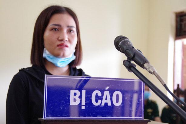 Bị cáo Trần Thị Huyền trong phiên tòa xét xử về tội nhập cảnh trái phép qua biên giới. Ảnh: TTXVN.