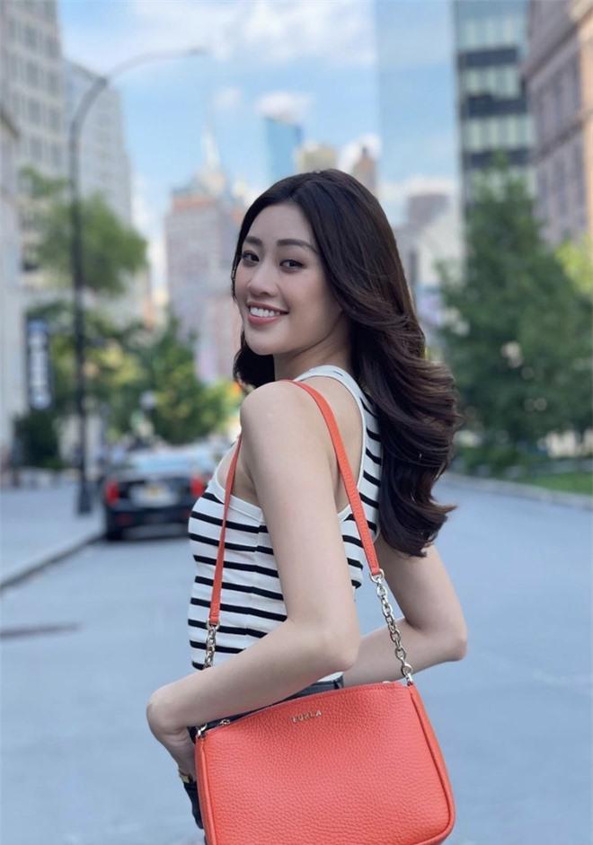 Khánh Vân diện đồ bảo hộ kín bưng, sẵn sàng cách ly ngay khi về quê nhà sau 1 tháng chinh chiến Miss Universe! - Ảnh 6.